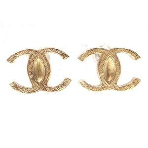 b4c519dd792e00 CHANEL · Timeless Cc Textured Hardware Pierced Earrings